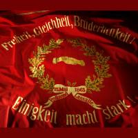 Sie ist der Stolz der Sozialdemokratie. Diese große, rote Fahne von 1863.